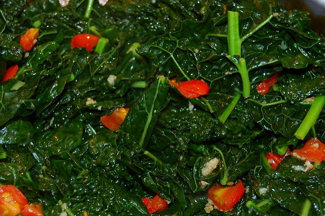 Dinosaur kale with cherry tomatoes and garlic: delicious and easy