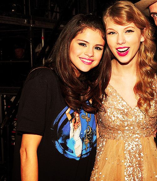 Selena Gomez and Taylor Swift :) ... Look at Selenas shirt. Taylor loooks really pretty here