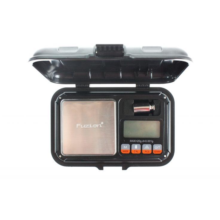 Báscula Digital Barata Fuzion Tank 20g - 0.001g La serie deBásculas de precisión Fuzion Tank Seriesofrece un diseño impecable, precisión y el más alto nivel de durabilidad para dispositivos detriple dígito. La unidad se aloja en un material plástico súper fuerte y negro con una cubierta impermeable y resistente al agua. La báscula cuenta con una plataforma de pesaje de acero inoxidable, pantalla LCD de 5,5 dígitos.