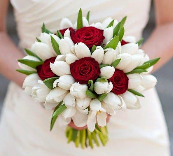 Κόκκινα τριαντάφυλλα και λευκές τουλίπες ο δυνατός, τέλειος συνδυασμός του πάθους και του έρωτα για το γάμου σας με αυτή την κομψή αλλά και ιδανική νυφική ανθοδέσμη.