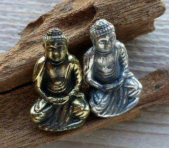 Hanger japanse Boeddha. In bronskleur of zilverkleur. Lengte hangertje 25 mm. Wordt geleverd met gratis koordje.  ...