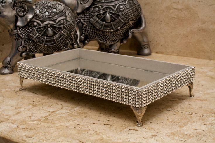 Bandeja feita em MDF com pintura prateada e sustentada com pés de metal prata, espelho e lindo acabamento com manta de cristal prata.