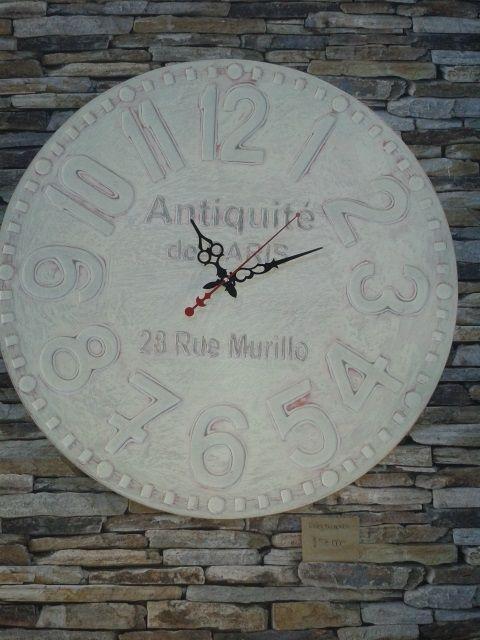 Reloj de madera decapado