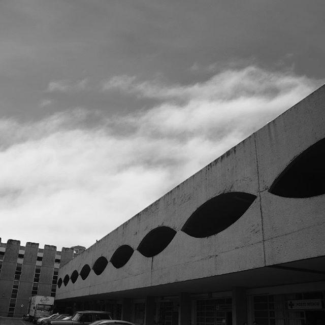 Oscar Niemeyer | Quartel General do Exército - Bloco 3, Brasília/DF, 1970. ⠀• • • #brut #architecture #brutalist #brutalism #beton #concrete #concreto #arquitetura #brutopolis #brazil #brasil #modernism #modernismo #modernist #structuraldesign #brutalarchitecture #modernistarchitecture #brutalistarchitecture #brutalist_architecture #thisbrutallife #brutal_architecture #betonbrut #BRUTgroup #SOSBrutalism #brutbrasil #bsb #brasília #oscarniemeyerworks #oscarniemeyer