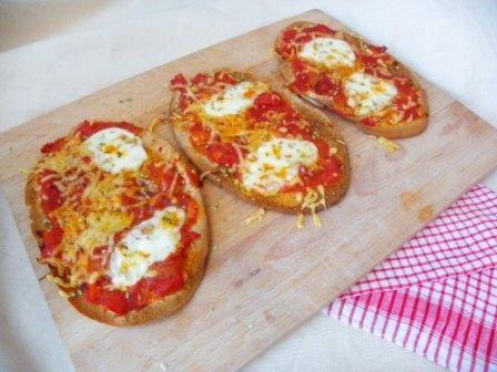 Voor een snelle snack op een feestje, bij een kopje soep of bij de borrel kun je heel makkelijk een mini-pizza maken van kant-en-klare glutenvrije pitabroodjes. Alexander had laatst een partijtje bij een klasgenoot.Na het voetballen werden deze minipizzaatjes voor hem gemaakt. Dat was smullen! Bij veel supermarkten kun je kant-en-klare pitabroodjes kopen. Wij kochten …
