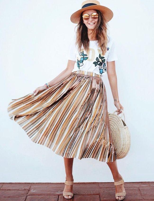 Ample jupe midi + tee-shirt fantaisie = le bon mix (jupe Max&Co - photo Alexandra Pereira)