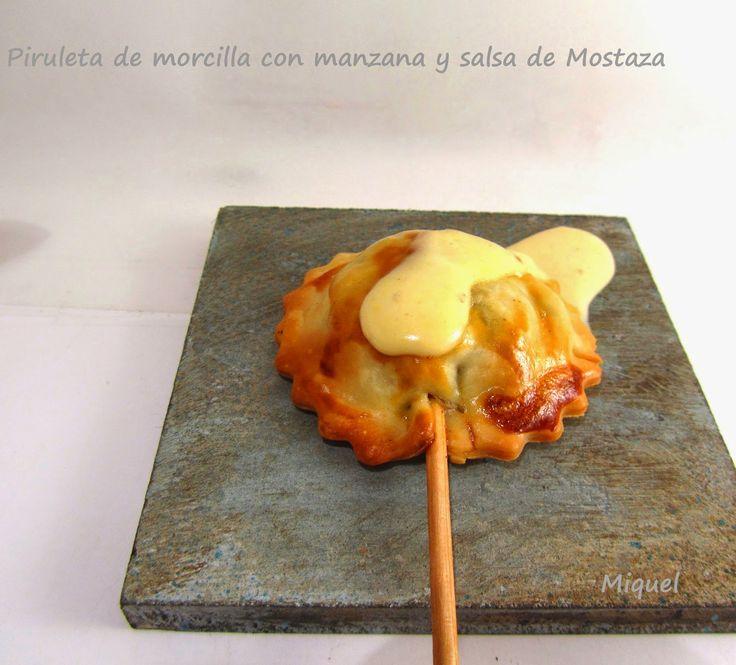 Ingredientes para 25 piruletas: 300 gr de morcilla de arroz 1 manzana 2 cucharadas de aceite de oliva 2 paquetes de obleas pa...