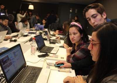 Cada vez son más los profesores que están enseñando a sus alumnos a programar, gracias a iniciativas como los Clubes de Apps de Samsung y País Digital, en el que miles de escolares chilenos ya están aprendiendo programación y pensamiento computacional, una herramienta trascendental para el futuro que, sin embargo, aún no está formalmente incluida en el currículum nacional.