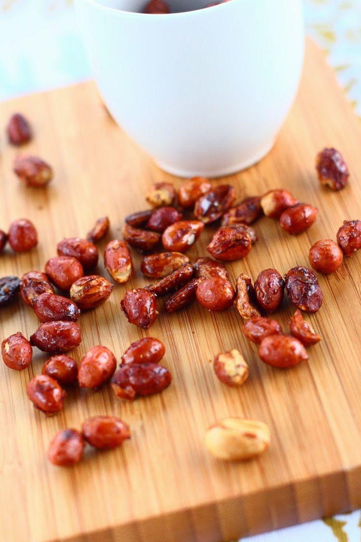 Hunajapaahdetut maapähkinät uunissa  Aineet: 200 g maapähkinöitä 1 rkl juoksevaa hunajaa n. 0.5 tl merisuolaa  Ohje: Levitä pähkinät leivinpaperin päälle uunipellille. Liruttele päälle hujanaa ja rouhi merisuolaa. Sekoita. Paahda pähkinöitä 175 asteessa välillä sekoitellen n. 12 minuuttia. Tarkkaile tilannetta, ettei pähkinät pala. Pähkinät on valmiita, kun ne alkavat tuoksua paahtuneille ja ovat saaneet hieman väriä pintaansa. Jäähdytä pähkinät kunnolla.