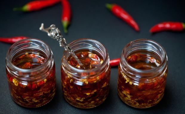 La Cucina del Corriere della Sera -preparare i vasetti di olio piccante