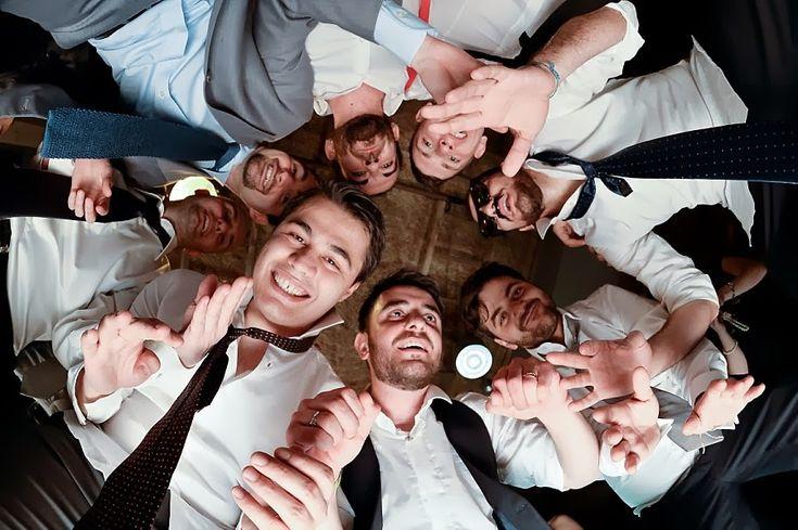 Lo sposo in mezzo ai suoi amici, un punto di vista originale | A different point of view, the groom and his guests, wedding party