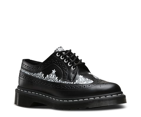 New for this season, gothic-inspired prints designed by Dr. Martens in-house team, based on the traditional geometric lace work has been applied to the panelling of the 3989 Lace Wingtip shoe. In striking contrast, clean white eyelets and welt stitching have been used to create standout details against the classic design. A Goodyear welted sole for ultimate comfort and durability, the air-cushioned sole is oil-and-fat-resistant, hard wearing and offers good abrasion and slip resistance.