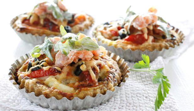 Minipai med laks og kveite fylt med tomatpesto og toppet med revet ost er utrolig enkelt og kjempegodt. Nydelig til helgekos, med store variasjonsmuligheter.
