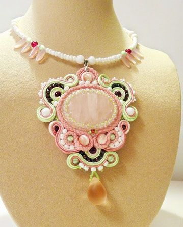 Tutorial for making a soutache necklace using soutache trim and other types of cords. Not in English but plenty of photos.