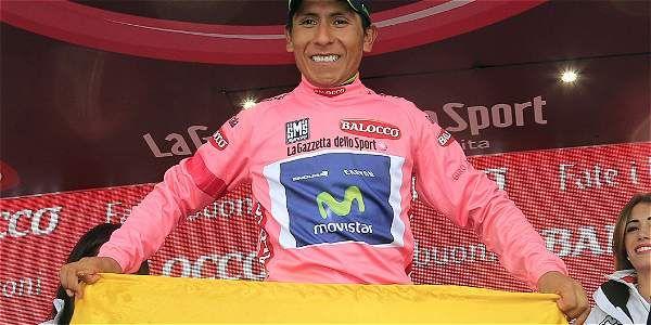 Nairo Quintana, líder del Giro, posa con una bandera de Colombia.