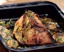 Außen kross, innen butterzart: Ein knuspriger Kalbsbraten mit Zwiebeln und Kräutern. Servieren Sie das Gericht mit Gemüse und Kartoffelpüree.