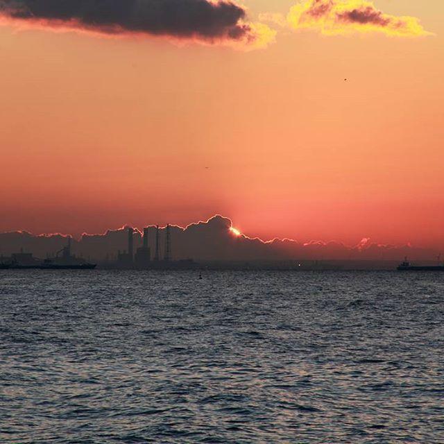 【fuyuno_mikasa】さんのInstagramをピンしています。 《日の出前のこの瞬間好きです。  #キヤノン#キヤノンeos5dii#canon#写真撮ってる人と繋がりたい#ファインダー越しの私の世界#igersjp#instagood#ig_japan#instalike#海#sunrise#日の出》