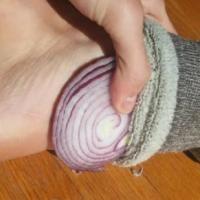 Les oignons ont le pouvoir de soigner un rhume ou d'autres symptômes liés à la fièvre.  Découvrez l'astuce ici : http://www.comment-economiser.fr/oignons-dans-chaussette-remede-rhume.html