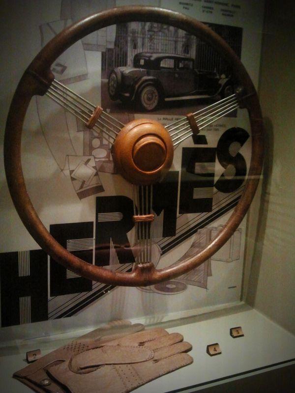 Conducir con estilo. Volante de cuero fabricado por Hermès para un Citroën C15.  Guantes de conducir Hermès.