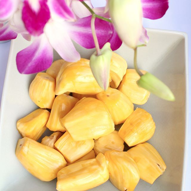 Sweet juicy jackfruit is one of my favorites here in Thailand. The taste reminds me a bit of bubble gum.  How would you describe the taste to someone who has never tried it??? Also if there is anything you would like to ask me please the write your question in the comments below and I'll answer in one of my daily Instagram stories (video).  #fruitylou #healthymeal #jackfruit