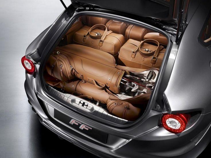 Un ensemble de 5 bagages à 15000€ sur la Ferrari FF, parfaitement assortis à la berline de luxe et optimisant le rangement du coffre – inclus le sac de golf :) .