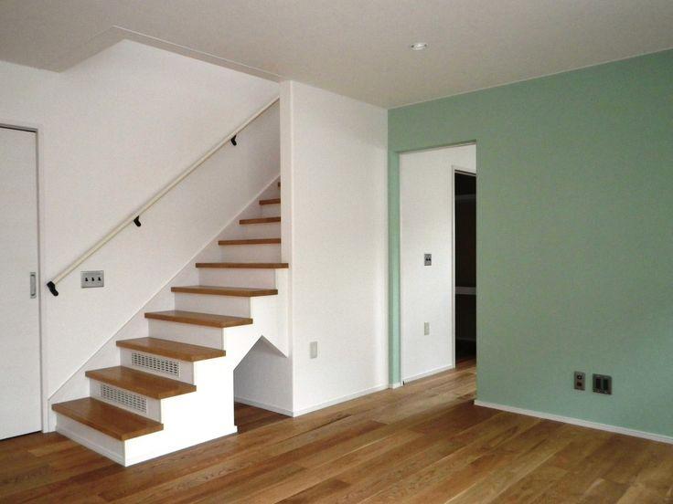 リビング階段 階段下の犬小屋風物入がかわいいですね   6段分も袖無し階段にしました 「危ない」とおっしゃる方もいるかもしれませんが 私もオーナー様も納得の上での設計です   開放的でいいですよ しかも この階段巾もメートルMODULEで、幅広です  3ffe2c27.jpg (1600×1200)