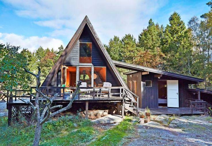 HELT ENKELT: Hytta i Sandefjord ble bygget i 1964 og ligger ved Tønsbergfjorden. Arkitekturen har bokstavelig talt en spissfindig løsning. Noen ganger er det faktisk kjedelig å være firkantet.