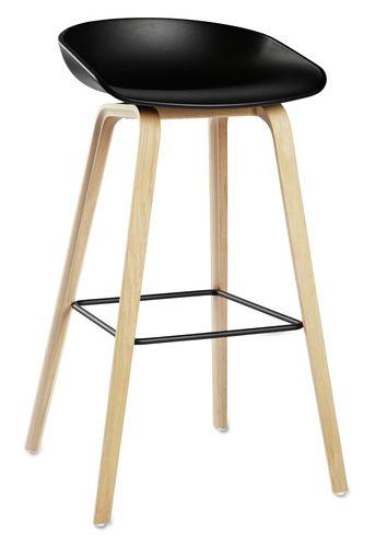 En barstol skal være god å sitte i, og det er denne!Barstolen AAS 32/33 About a stool er i samme serie som den populære About a chair. Svart sete, understell i ask, svart pulverlakkert fotrist. Lav: 50 x D 43 x H 65/76 cm. 2 stk på lager til omgående levering, ellers er dette en bestillingsvare med ca 6-8 ukers leveringstid.
