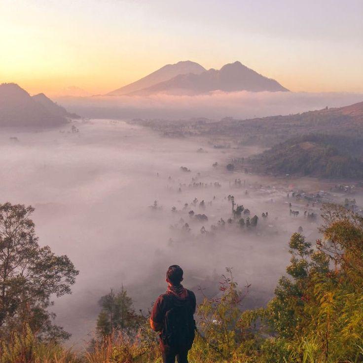Momen kabut saat matahari terbit.
