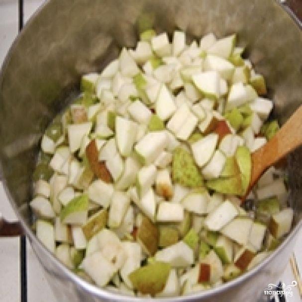 Ингредиенты: Груша — 1 Килограмм Сахар — 1,2 Килограмма Вода — 200 МиллилитровПомещаем грушу в кастрюлю, варим в течение 10-15 минут.Пока остывает груша, готовим сироп из воды и сахара. В воду добавляем 700 грамм сахара и варим, пока не появится пена.В сироп добавляем грушу и доводим массу до кипения. Добавляем сахар, еще 500 грамм, и варим на тихом огне час, постоянно помешивая