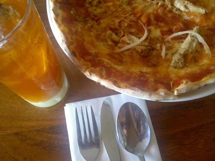 pizza and thai tea at pisa kafe