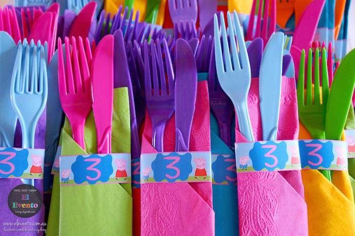 Un colorido montaje de cubiertos para hacer más divertida tu fiesta.