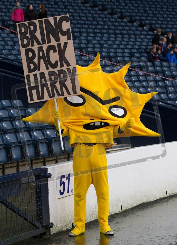 Patrick Thistle's mascot Kingsley helps with the search for Harry's head before the SPFL League Two game between Queen's Park and Elgin City.