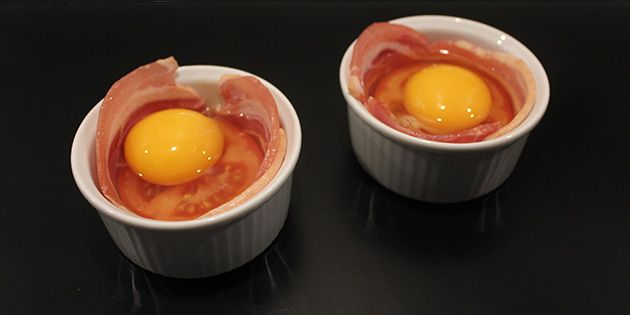 Slå et æg ud i skålen, og kom det hele i ovnen.