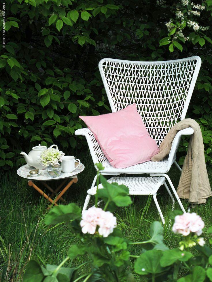 Så här mitt i sommaren är det inte mycket man behöver, en skön vilstol i trädgården räcker långt. Fåtöljen HÖGSTEN, design Nike Karlsson, kan vara både romantisk och grafiskt modern i uttrycket. Vilken väljer du?