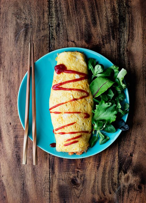 Japanese omelet with a filling of ketchup‐seasoned fried rice, Omuraisu オムライス