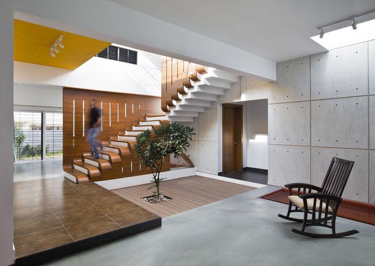 Klidová zóna na úrovni přízemí je od té společenské oddělena zdí z přiznaného betonu.