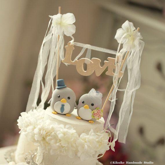 penguin with cake banner wedding cake topper Special Edition by kikuike on Etsy. wedding planning, ideas, cake decoration and gift. #handamdecaketopper #customcaketopper #claydoll #cute #animals #initials #love #ceremony #pingüino #ペンギン #manchot #펭귄