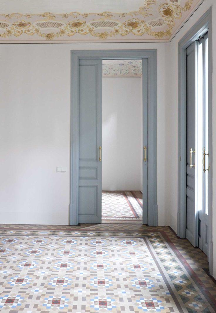 Opcio 2 color de les parets blanc porta gris blau pomos en barra dorados
