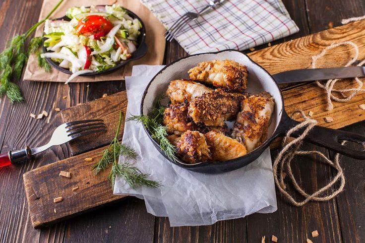 Куриные крылья свит чили с летним салатом. Куриные крылья, свит-чили соус, панировка Панко, китайская капуста, огурцы, помидоры, редис, укроп, зеленый лук, соевый соус, кунжут, ароматное масло, смесь 5 перцев. Подробный рецепт можно найти в архиве рецептов на сайте vkusnadom.ru/ Готовить изысканные ресторанные блюда легко с ВкусНаДом!) Заказ можно сделать на сайте vkusnadom.ru/ или в группе в вк vk.com/vkusnadom