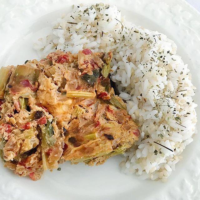 Budín de vegetales con arroz     budín:  ✔️Una cebolla  ✔️Un morron rojo  ✔️1 atado de puerros  ✔️1 atado de apio  ✔️2 huevos  ✔️Sal, pimienta y ajo en polvo  📝Procedimiento:  ✔️Saltear la cebolla, el morron, el puerro y el apio Yam picados.  ✔️Mezclar los vegetales con los 2 huevos  ✔️Vo...