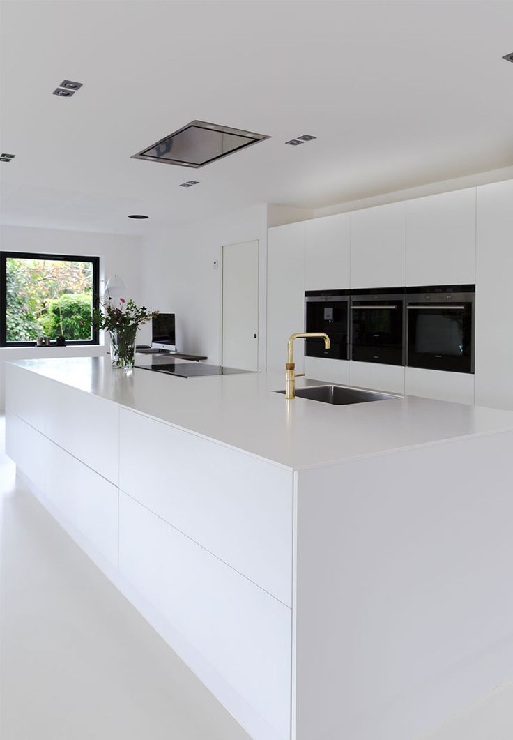 White dream of a kitchen! Clear lines, small details, huge space and minimalism makes this kitchen beautiful.
