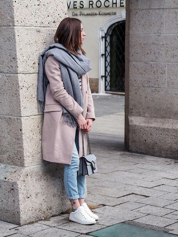 OUTFIT: Rosa Mantel, Streifenshirt, Levis, Sneaker - meine absolute Lieblingsfarbkombination im Moment! Jetzt auf dem Blog www.herzmelodie.com  fashionblogger fashion rosa grau mantel sneakers levis