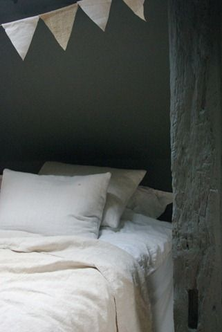 .: Bedrooms Chambr Habitacion, Decor Ideas, Inspiration, Bedrooms Parties, Interiors, Grey Wall, Beds Frames, Garlands Decor, Dark Wall