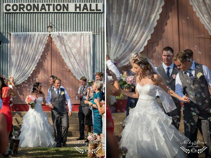Amanda and Robbie's prettiest of country weddings ..... Somerset Dam wedding photographer