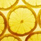Onzinvoordelen. Citroenwater wordt gemaakt door ongeveer een halve citroen uit te knijpen in water. Citroenwater wordt op veel gezondheidssites de hemel ingeprezen. Z...