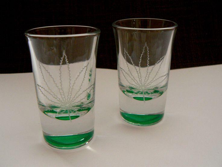 Zelená je tráva Ručně gravírovaní panáci s motivem listu marihuany. Dno panáků je natřeno odolnou zelenou barvou na sklo a tím dává zelený nádech celé skleničce. Barva je odolná a zdravotně nezávadná, běžné mytí barvě neuškodí. Výška panáků 7cm. Uvedená cena je za dva kusy.