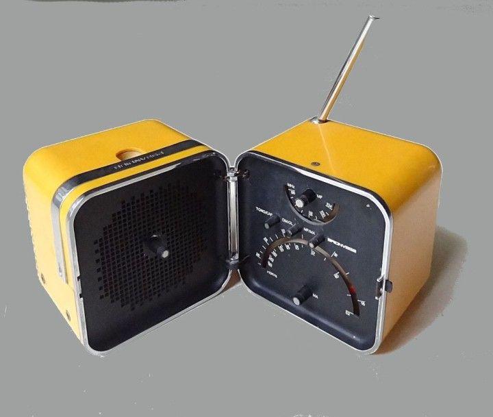 Marco ZANUSO & Richard SAPPER - BRIONVEGA RADIO TS 502 portative de forme cubique s'ouvrant en deux parties en métal et plastique de couleur jaune orangé. Circa 1970 H. 13 - L.22 - P. 13 cm ouvert… - Doré & Giraud - Sélection Enchères - 15/03/2015 Estimation : 120 - 150 €