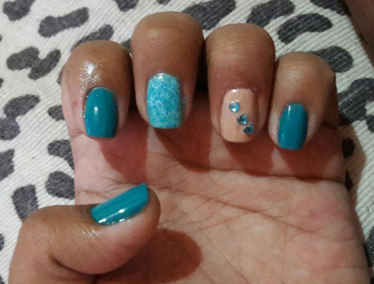 unha decorada azul e nude com pedras