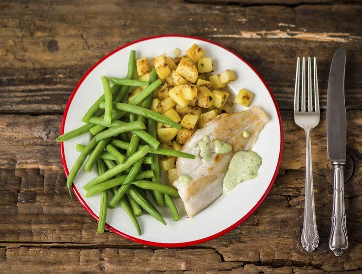 Scholfilet met boontjes en Franse ravigottesaus Boterzachte vis, geserveerd met een romige saus en gebakken aardappelen Recept | HelloFresh